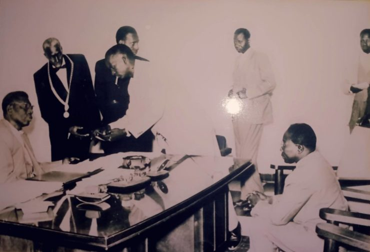Assis derrière son bureau, le président Ibrahima Seydou Ndaw, à Sa Gauche avec le collier Amdou Niang Fa Mbaye (Huissier). Courbé, Diaraf Diouf, au fond Aboubcary Kane, Assis Face au Président Ndaw, le Président Léopold Sédar Senghor, Debout Les jambes croisées Le Président Mamadou Dia au fond à Droite Latyr Kamara.